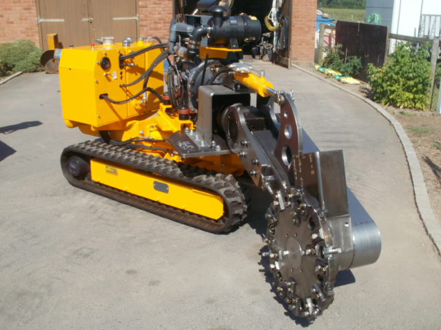 Stump grinding machine with retractable rubber tracks